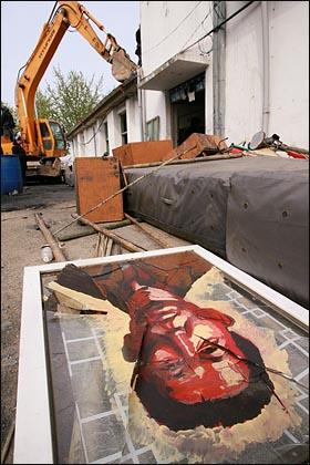 대추분교 창문에 그려넣었던 팽성읍 주민들의 초상화가 깨진채로 바닥에 일그러져 있다. 대추분교 창문에 그려넣었던 팽성읍 주민들의 초상화가 깨진채로 바닥에 일그러져 있다.